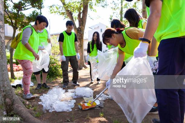 東京の公園の清掃のボランティアのグループ