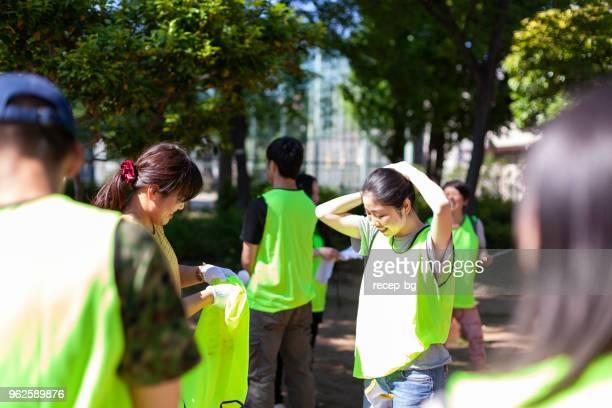 公園の清掃の準備をするボランティアのグループ