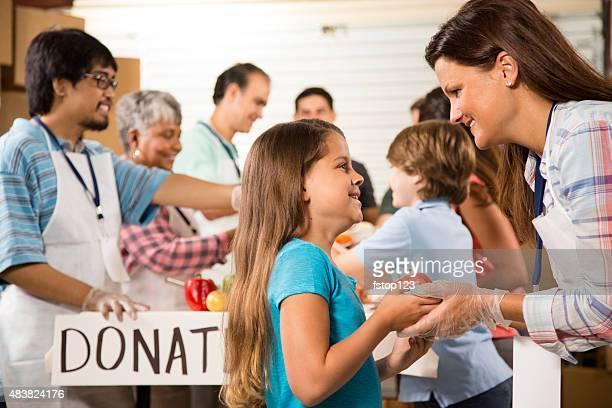 Grupo de voluntarios de servicio de alimentos en la Comunidad sopa de la cocina. Caridad.