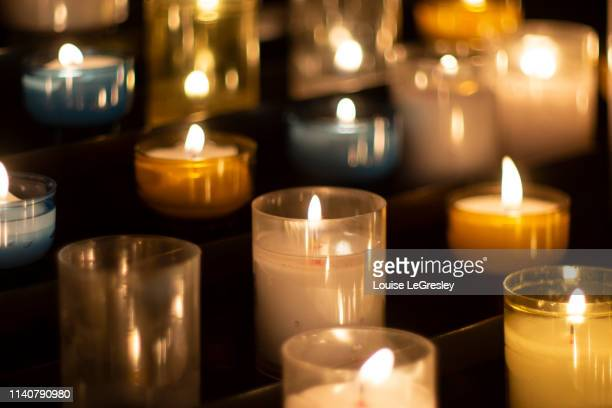 group of votive candles in church - cero foto e immagini stock