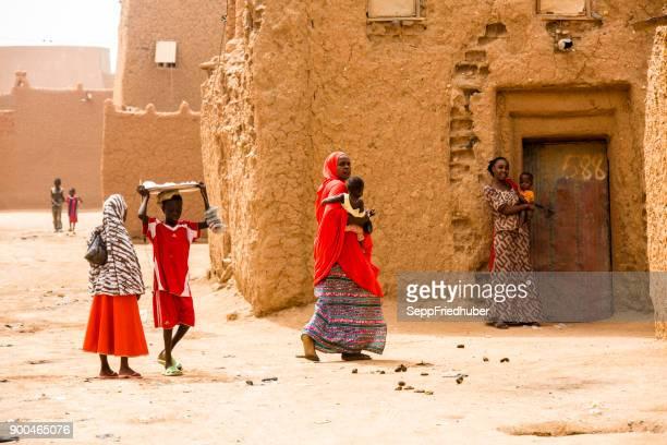 Groep van de vrouw in de straten van Agadez