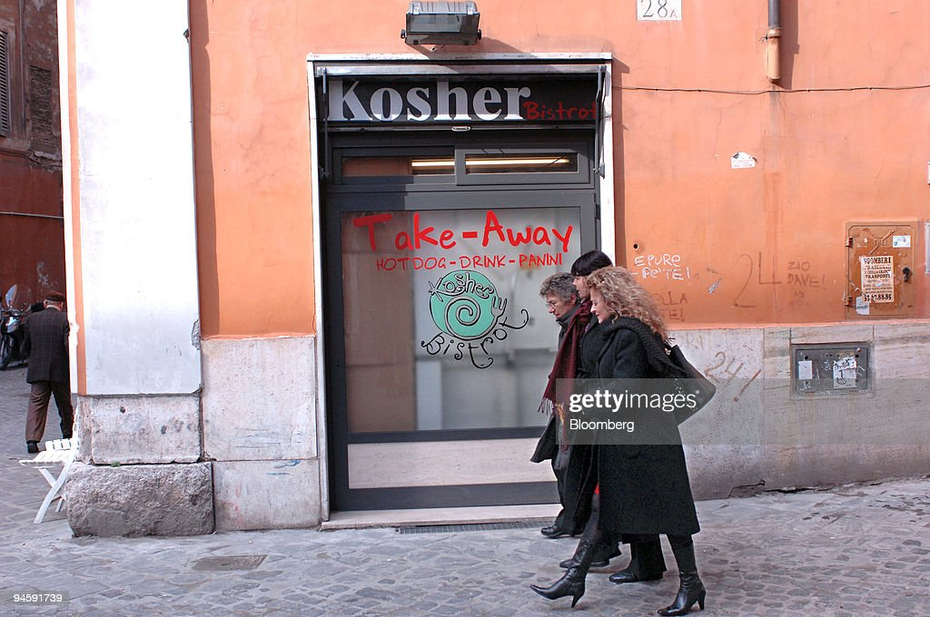 A group of woman pass a fast-food bar in the Jewish Ghetto i : News Photo
