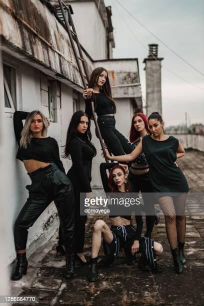 grupp av kvinnliga dansare på toppen av byggnaden - dance troupe bildbanksfoton och bilder