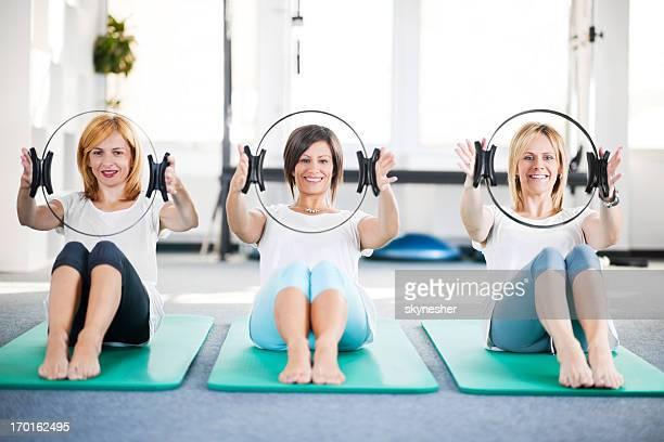 Gruppe von Frauen, die Pilates Übungen.