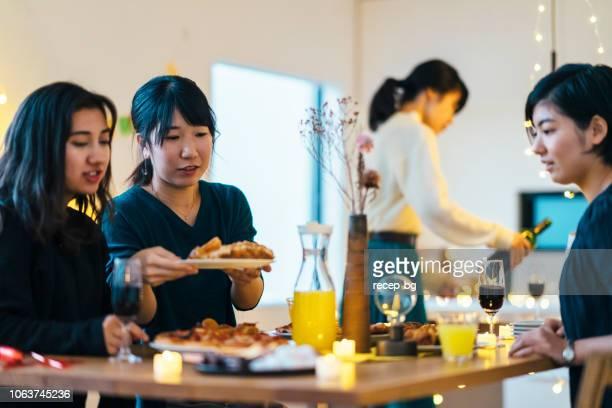 ホーム パーティーを楽しんでいる女性の友人のグループ - 公的祝日 ストックフォトと画像