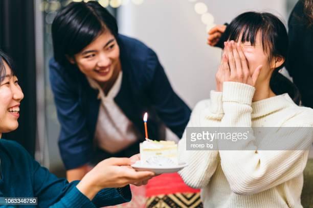 家で誕生日パーティーを持っている女性の友人のグループ - 泣く ストックフォトと画像