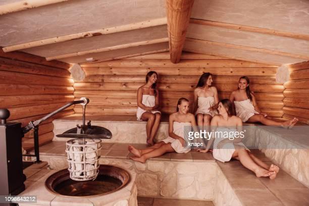 gruppo di donne in sauna - cinque persone foto e immagini stock