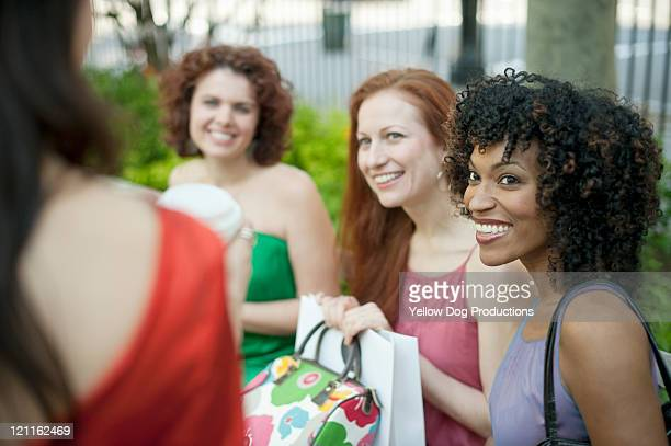 group of women in urban park - 30代の女性だけ ストックフォトと画像