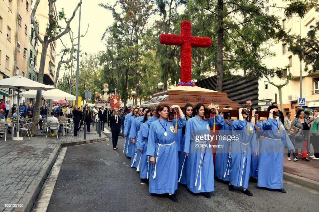 A group of women of the 15 + 1 Brotherhood seen carrying the... : Nachrichtenfoto