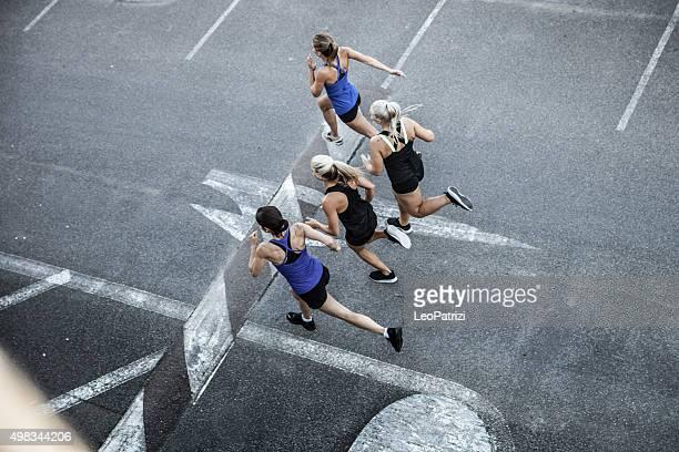 Grupo de mujeres corriendo en la ciudad