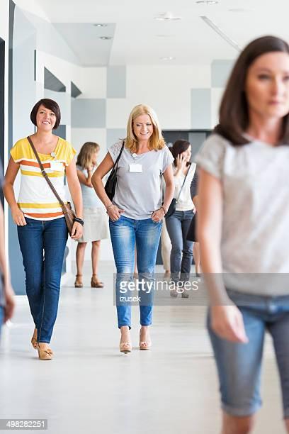 Gruppe von Frauen zu Fuß