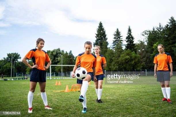 grupo de equipos de fútbol femenino en entrenamiento - fútbol femenino fotografías e imágenes de stock