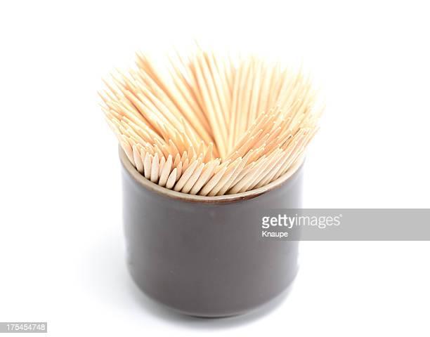 Groupe de bois brun toothpicks tasse de café sur fond blanc