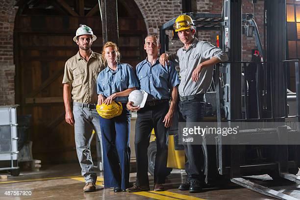 Grupo de trabalhadores com hardhats pé juntos