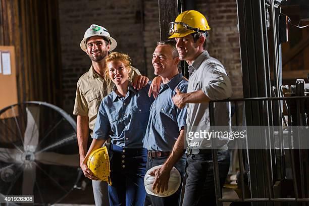 Gruppe von Arbeitnehmern mit hardhats stehen zusammen