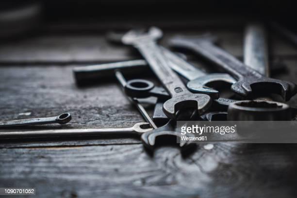 group of wrenches on wood - werkzeug stock-fotos und bilder