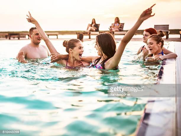 Grupo de adulto joven Chica divirtiéndos'en la piscina