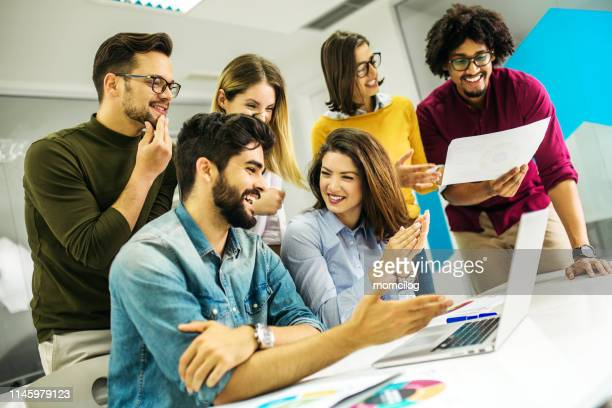 group of young adult students brainstorming - free business coaching stock pictures, royalty-free photos & images