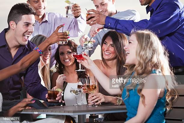Groupe de jeunes adultes de prendre un verre en plein air