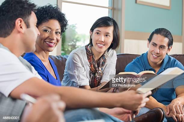 Grupo de jovens adultos, tendo discussão no estudo da Bíblia