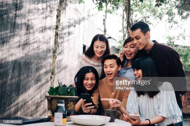group of young asian people with smartphone - asiático e indiano imagens e fotografias de stock
