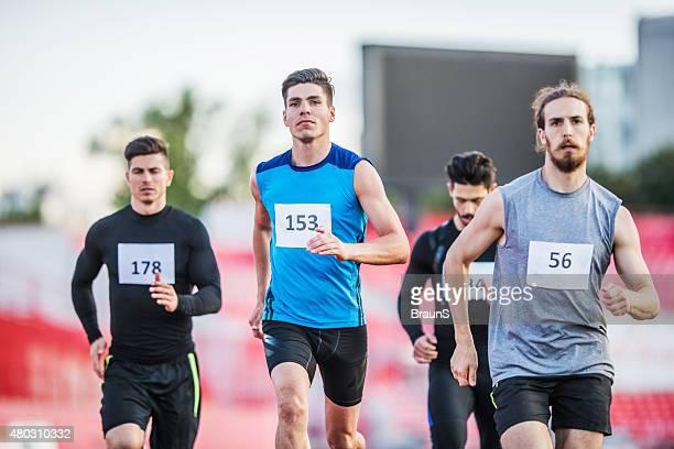 grupo de jovem homem tendo um desporto de competição. - maratona imagens e fotografias de stock
