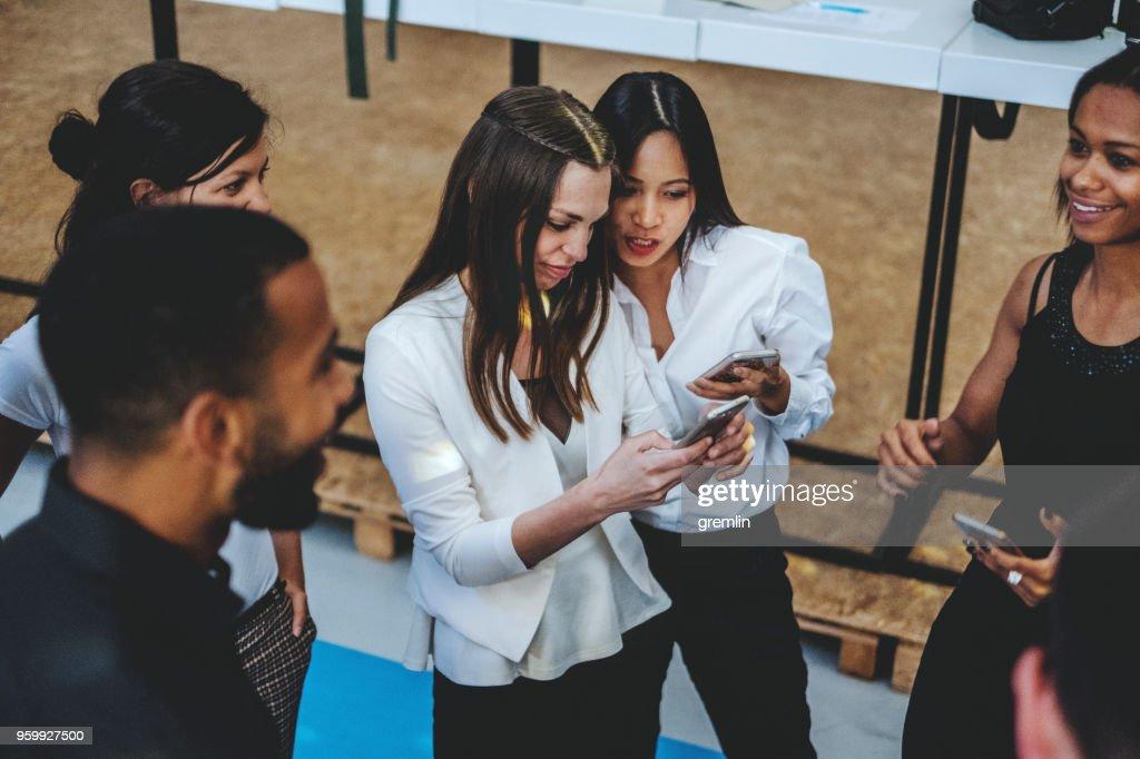 Gruppe von jungen Geschäftsleuten im Büro : Stock-Foto