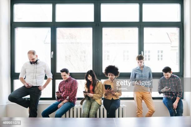 Gruppe von jungen Geschäftsleute mit Smartphones