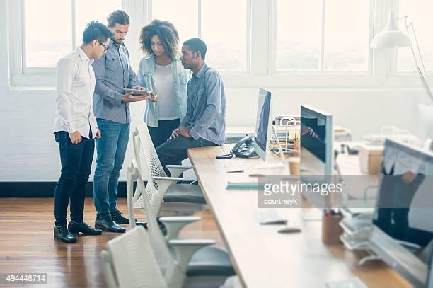 Gruppe von jungen Geschäftsleuten mit Technologie.