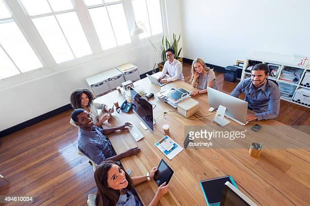 Gruppe junger Geschäftsleute arbeiten.