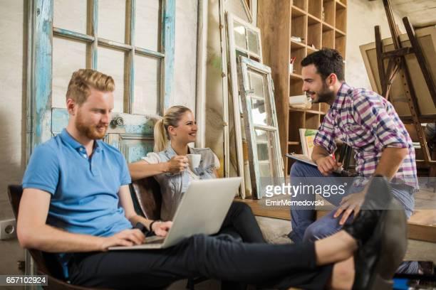 Groep van jonge creatieve ontwerpers met een koffiepauze.
