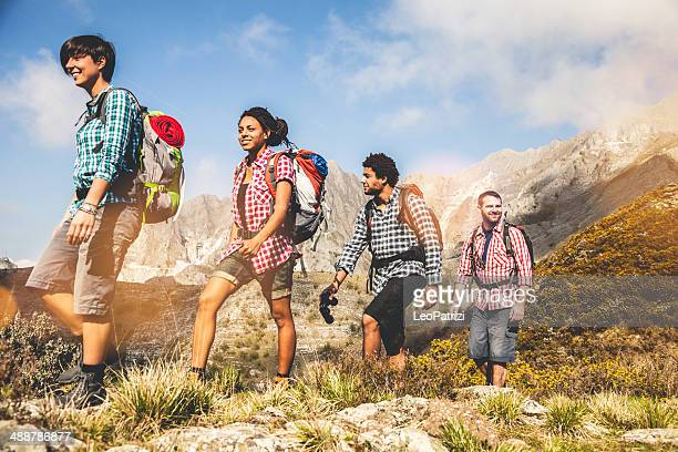 グループの若い友人の山々でのハイキング