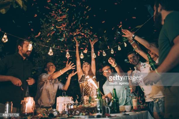 若い友人の誕生日パーティーで楽しいグループ - 家族の集まり ストックフォトと画像
