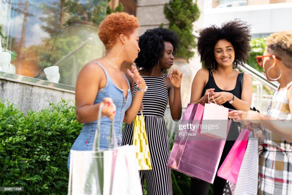 Gruppe junger Freunde einkaufen In Street : Stock-Foto