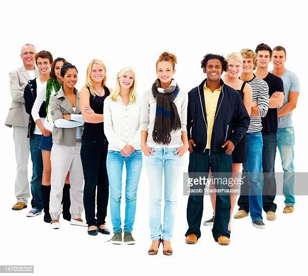 Groupe de jeunes amis debout sur fond blanc