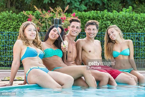 grupo de jovens amigos, a tirar uma selfie na beira da piscina - pjphoto69 imagens e fotografias de stock