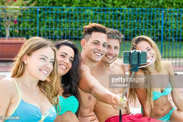 gruppo di giovani amici prendendo selfie in piscina - pjphoto69 foto e immagini stock