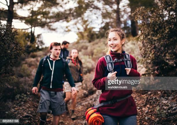 Gruppe junger Freunde mit Rucksäcken, Wandern im Wald