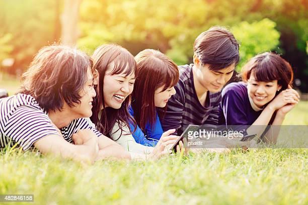 グループの若い人々で、公園