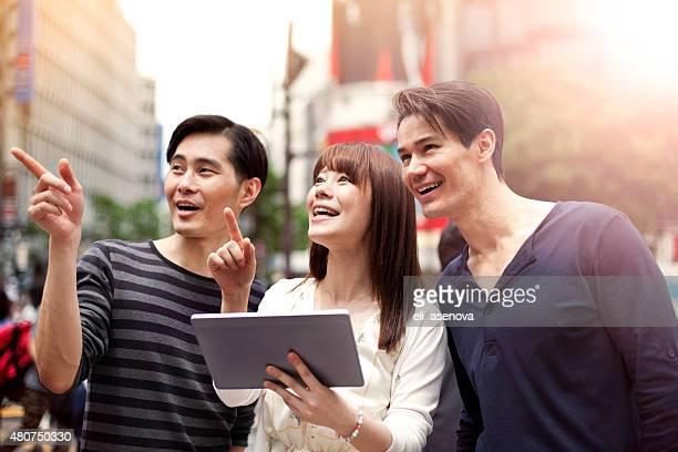 グループの若い日本人デジタルタブレット、渋谷、東京。