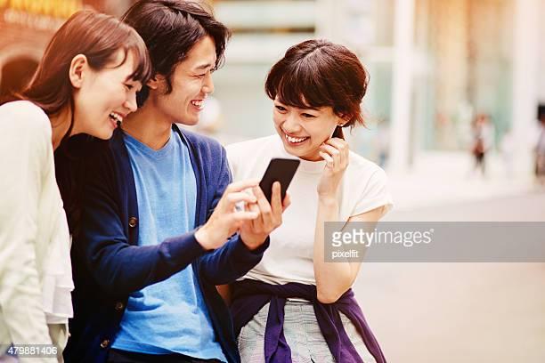グループの若い日本人に、スマートフォン