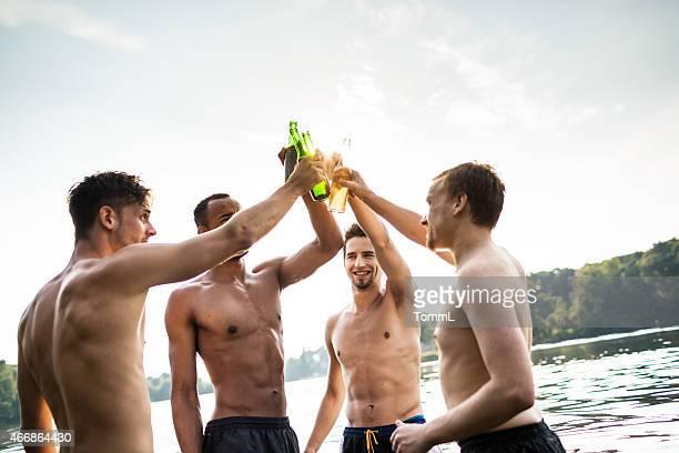Gruppe von jungen Männer hat ein Bier in Lake