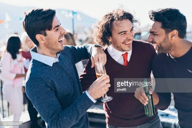 grupo de jóvenes que se divierten juntos en un partido - casual chic fotografías e imágenes de stock