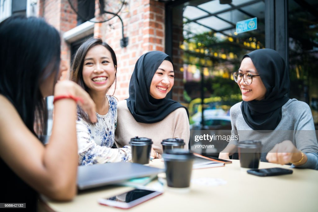 Gruppe junger multi-ethnischen malaysischen Mädchen reden : Stock-Foto