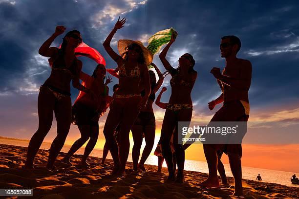 Grupo de jóvenes en un caluroso verano playa fiesta