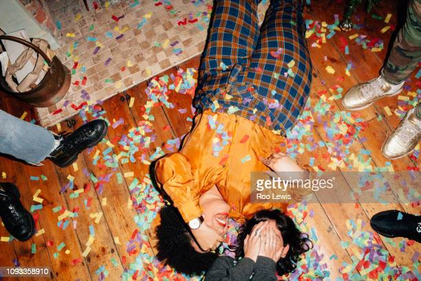 group of young people at a party with confetti - parte inferior - fotografias e filmes do acervo