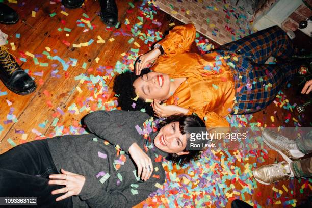 group of young people at a party with confetti - konfetti boden stock-fotos und bilder