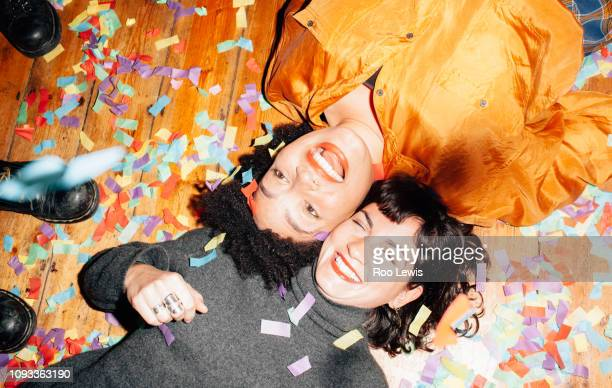 group of young people at a party with confetti - 25 29 anos imagens e fotografias de stock