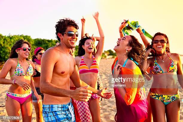 若者のグループの春休みのビーチパーティ