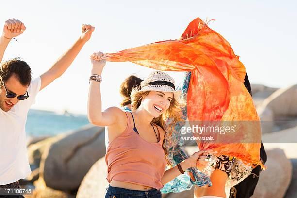 groupe de jeunes gens à la fête de plage - foulard accessoire vestimentaire pour le cou photos et images de collection